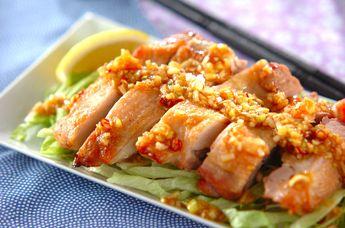 オーブンで香ばしく焼いた鶏もも肉にたっぷりとネギダレをかけて召し上がれ。