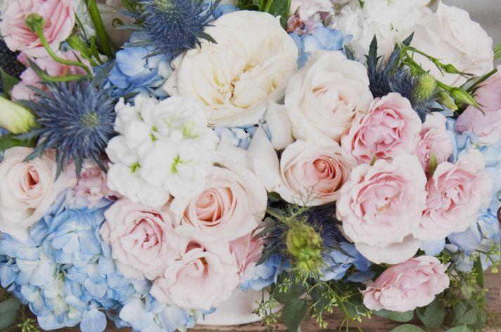 Adorei essa mistura das hortênsias azul claro com as rosas clarinhas (não gostei das flores roxas no meio) - é bem o estilo dos arranjos que gosto