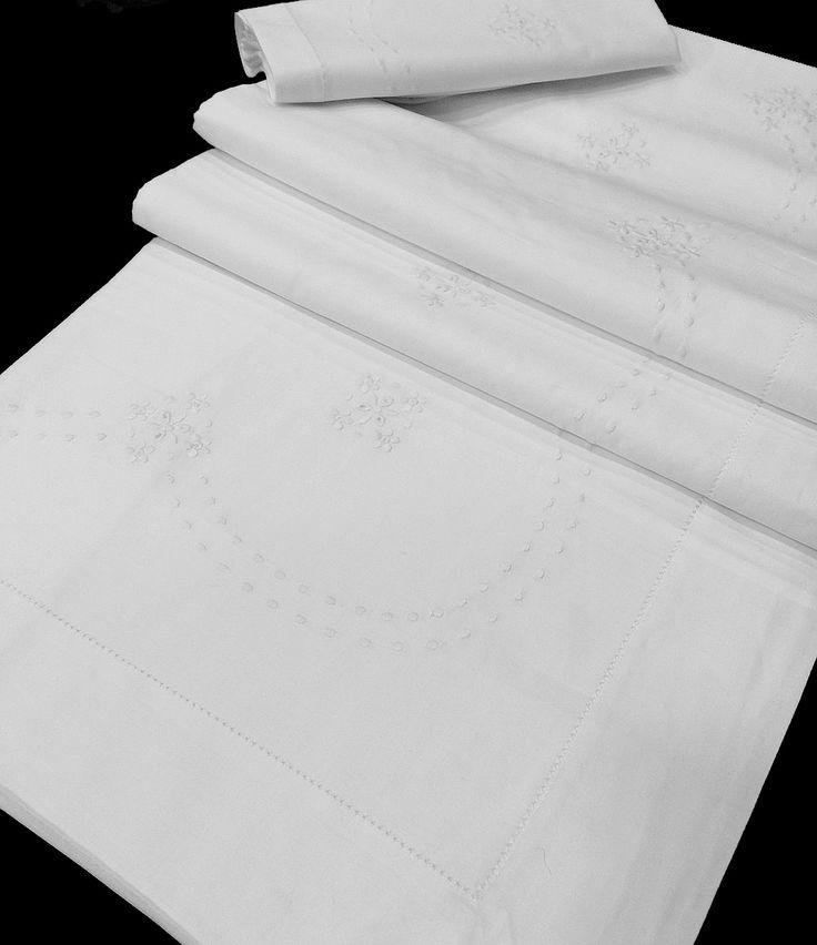 Juego completo de Sábanas 100% Algodón alta calidad.  Compuesto de encimera, bajera y funda de almohada.  Embozo bordado con flores y bodoques, un diseño provenzal y contemporaneo. Puedes comprar estas sábanas en: http://www.lagarterana.com