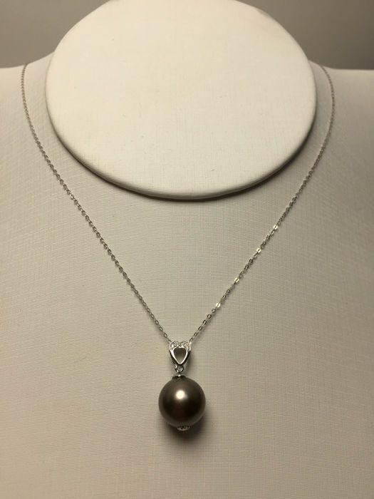 Online veilinghuis Catawiki: Tahitian black pearls, diamonds, seawater 18K gold necklace. Pearl diameter: 10.6 mm. Chain length: 45-42 cm * no reserve price *