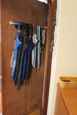倉庫のドアに傘をかけて収納 : ずぼら主婦でもできる整理整頓☆収納テク - NAVER まとめ