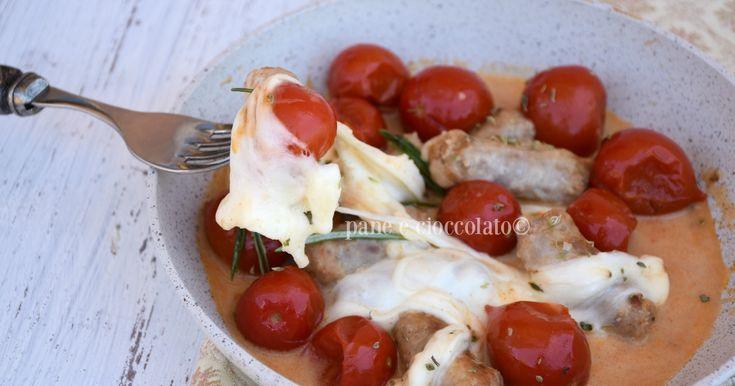 Salsiccia mozzarella e pomodoro in padella un secondo piatto perfetto e sfizioso, dai sapori mediterranei che vi prendera' assolutamente per la gola.