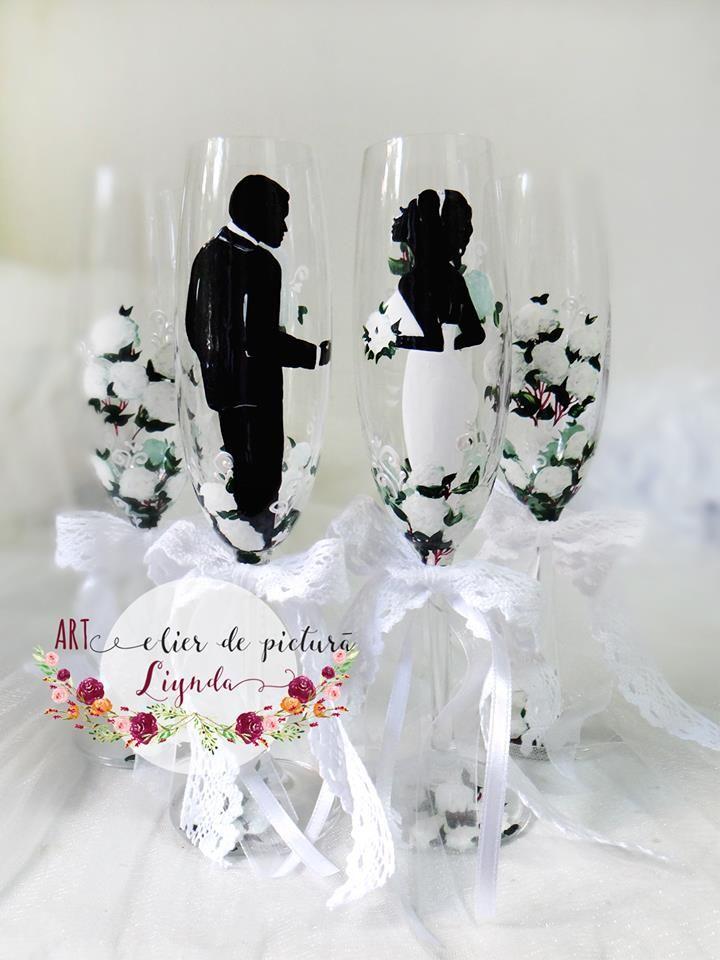 Pahare de sticla sau cristal, pictate manual si personalizate in functie de tema nuntii. Detaliile se stabilesc impreuna cu mirii, iar pictura se poate realiza de la zero.