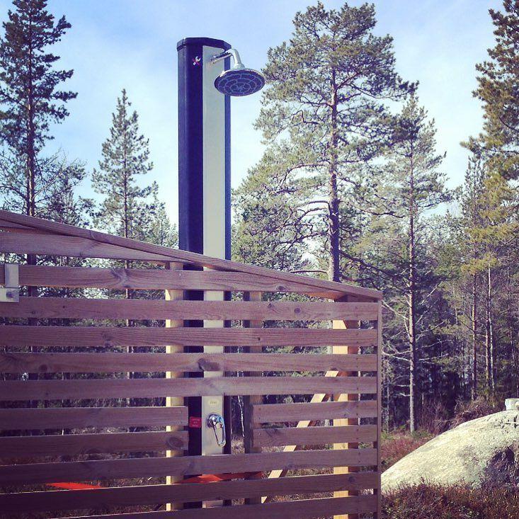 Utedusch från Smarthem snyggt integrerad i staket. #smarthembilden #duschaute #trädgård #inorrköping by smarthem_se