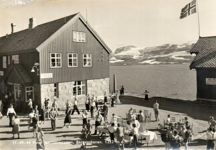 Hordaland fylke Ulvik kommune i Hardanger FINSE STASJON MED MYE FOLK. 1950-tallet Utg Normann