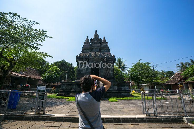 Wisatawan asing sedang mengabadikan arsitektur Candi Pawon. (Benedictus Oktaviantoro/Maioloo.com)
