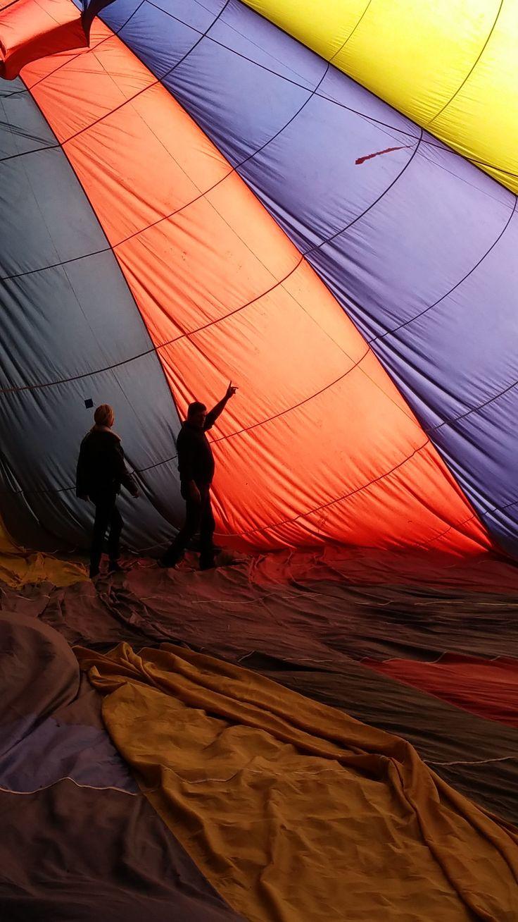 Marine Vigne, journaliste de Météo à la carte pour France 3 découvre l'intérieur d'une montgolfière