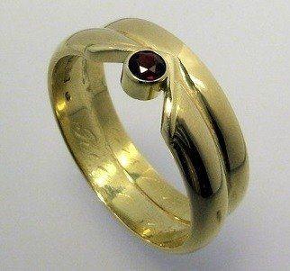Herinneringssieraad trouwringen tot één ring met granaat edelsteen