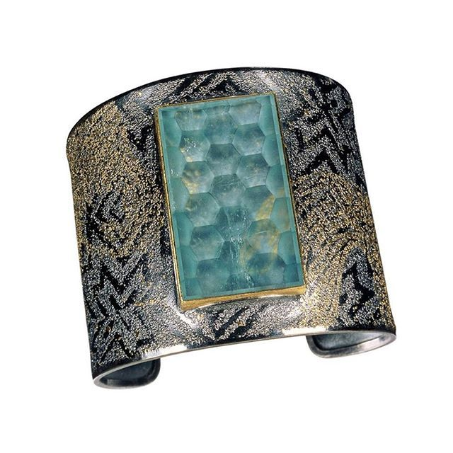 Cuff by Atelier Zobel 🐝🐝🐝 24k & 23k gold and silver with a 60,88 carat aquamarine with a honeycomb carved 👏👏👏 __________ Brazalete del Atelier Zobel ⚡⚡⚡ oro de 24 y 22 quilates y plata con una aguamarina de 60,88 quilates con un panal de abejas labrado 😍😍😍 __________ #DeJoyaEnJoya #FromJewelToJewel #JewelryBlog #AtelierZobel #PeterSchmid #PeterGold #GermanJewelry #GermanLuxury #konstanz #germany #bracelet #cuff #armschmuck #schmuck #InstaGold #InstaSilver #,InstaGems #aquamarine…