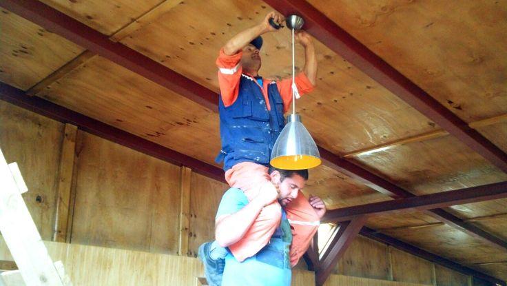 Galpón Ballena fijando la lámpara