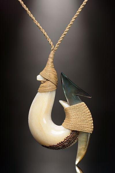 Angelhaken Schmuck Anhänger aus dem Rostrum eines Schwertfischs (Marlin) und Perlmutt.
