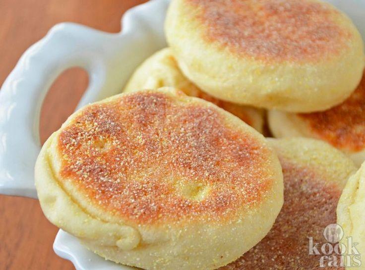 Heerlijk, die Engelse muffins Wil je eens iets anders dan de standaard broodjes? Dan zijn deze Engelse muffins ideaal om eens als ontbijt te eten. Het fijne is dat je een grote partij in één keer kan maken. Ze zijn heel lekker met een beetje jam. Probeer het maar! Wat heb je nodig? (voor 8 Eng