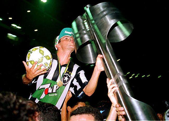 Túlio Maravilha e taça de Campeão Brasileiro de 1995