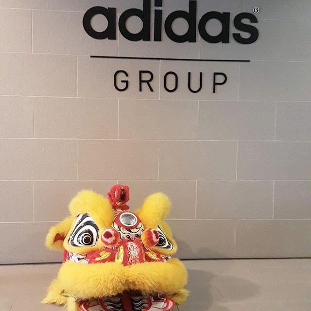 adidas® group 黃獅坐在牆上 。。。。 #LionDanceSnap