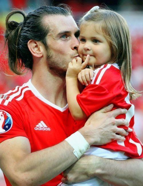 Walijczyk trzyma na rękach swoją małą córkę • Piękny obrazek, czyli Gareth Bale ze swoją córką po meczu reprezentacji • Zobacz >> #bale #garethbale #football #soccer #sports #pilkanozna