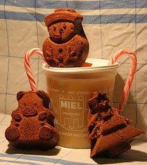 Fabriquer du pain d'épices de Noël aux fruits secs ou confits - ne activité de Noël à faire avec ton ou tes enfants. Sous ta surveillance, les enfants vont fabriquer du pain d'épices maison aromatisé à l'anis vert, au gingembre et à la cannelle. Ils rajouteront des fruits confits ou des raisins secs, des fruits secs ou des fruits à coque. Ils pourront s'amuser à faire des formes de pain d'épices en utilisant des moules spéciaux comme le petit homme ou le  bonhomme de Noël.