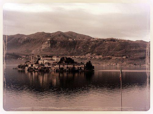 Bandiera d'Italia sul Lago d'Orta.