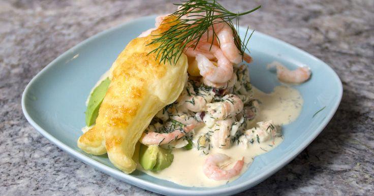 Krämig skagenröra, serveras på en bädd av avokado, med frasig figur av smördeg.