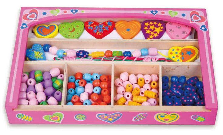 Maak zelf je eigen persoonlijke ketting of armband.In deze mooie houten doos zitten 180 verschillende houten kralen, 8 verschillende vormen en5 koorden.   Afmeting: 38x150x150 mm - Rijgkralen set New Classic Toys: hart 25x16x4 cm
