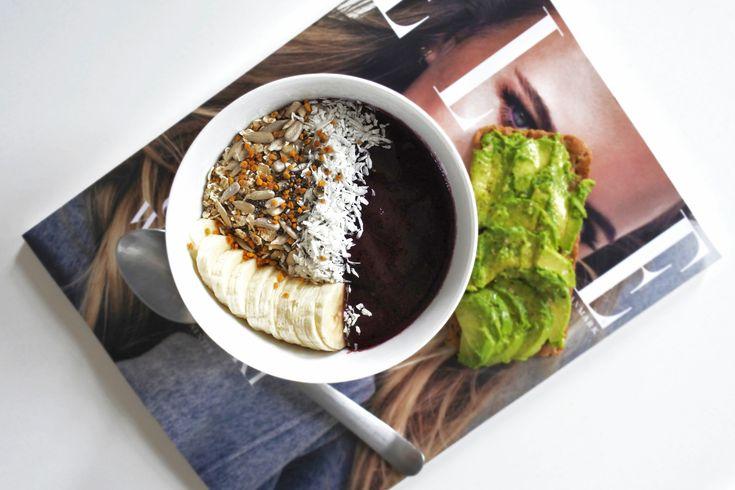 Dagens lunch blev en acaibowl och knäckebröd med avokado.