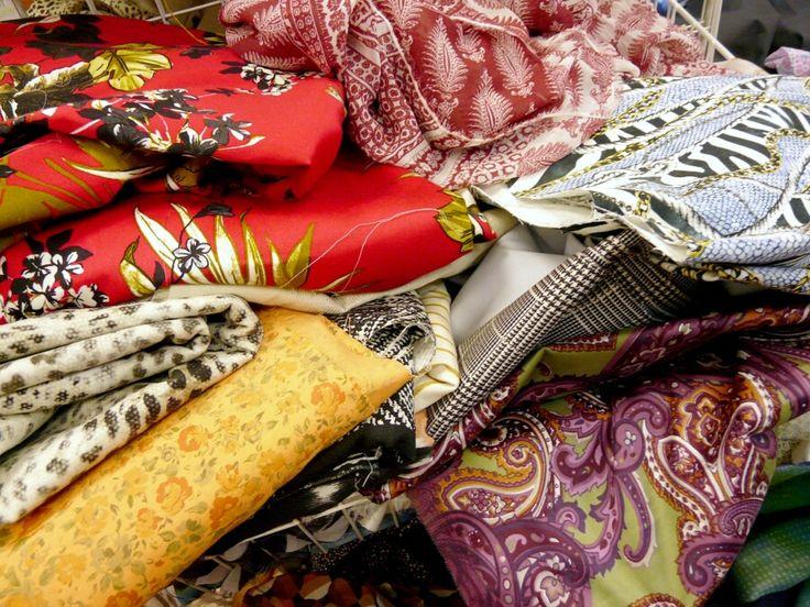 Пополнился выбор летних тканей в весовом лоскуте. Много шелка, хлопка, вискозы, костюмных и плательных итальянских тканей. Уже в продаже в зале №2.