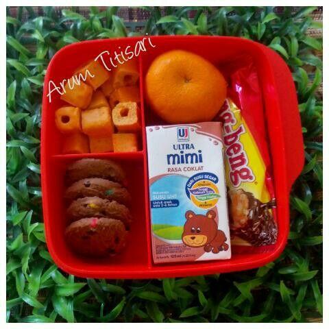 Bekal sekolahnya Anindhita  Seneng aja tiap pagi nata bekal.. Jangan tanya nilai gizinya karna ini bener-bener cuma selingan. Lumayan buat nyemil-nyemil pas nunggu di jemput.  Biar nggak jajan sembarangan makanya dibekali dari rumah. Di sekolah sendiri si bocah udah dapet snack sehat, buah & makan siang.  #BekalAnak #BekalSekolah #Tupperware #UltraMimi #SmartParenting #HappyParenting #SmartMom #HappyMom #HappyKids #AnotherWayToSaveMoney