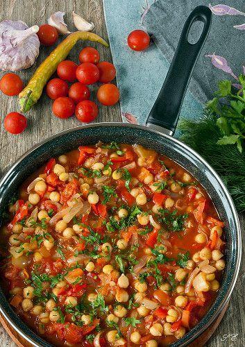 1. Нут замочить на ночь. 2. С наступлением утра отвариваем нут в течение 30 минут. Отдельно готовим овощной бульон (черешковый сельдерей, морковь, лук, болгарский перец). 3. В сотейнике обжариваем все овощи в следующем порядке: лук, чеснок, болгарский перец, острый перец. 4. Затем в кастрюле с толстым дном соединяем: овощная заправка, нут, помидоры и бульон. Пробуем на вкус и готовим до загустения, минут 20-30.