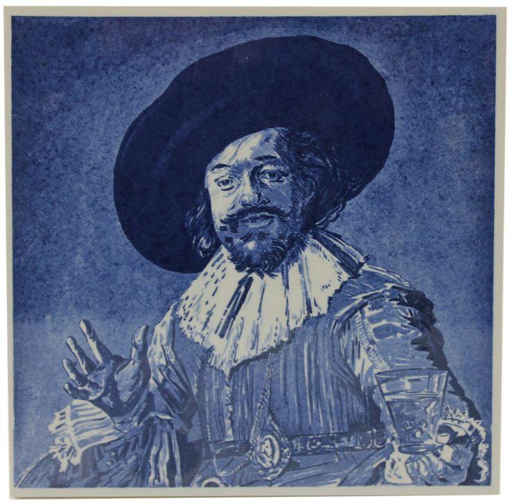 """Delftsblauwe tegel met het schilderij """"De vrolijke drinker"""" van Frans Hals uit ongeveer 1628-1630."""