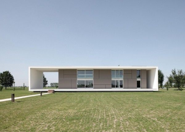 Modern Monolithic House Design in Castelnovo Sotto Reggio Emilia Italy Front View 600x431 Modern Monolithic House Design in Castelnovo Sotto, Reggio Emilia, Italy