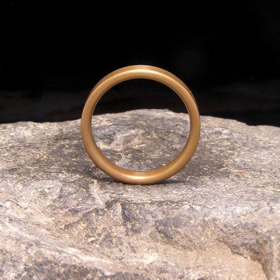 Alle van de ringen gevonden in Holz Ring Shop zijn geheel in de Verenigde Staten met de hand gemaakt, zonder het gebruik van geautomatiseerde machines, door mij. Deze ringen zijn gemaakt om zeer duurzaam, volledig waterdicht, en met de grootst mogelijke aandacht voor waarde en een lange levensduur.  MATERIALEN: rode bronzen klassieke platte band  SPECIFICATIES: Ring afgebeeld heeft een 5 mm brede rode bronzen plat exterieur band, met een gepolijste afwerking. De laatste foto toont het na de…