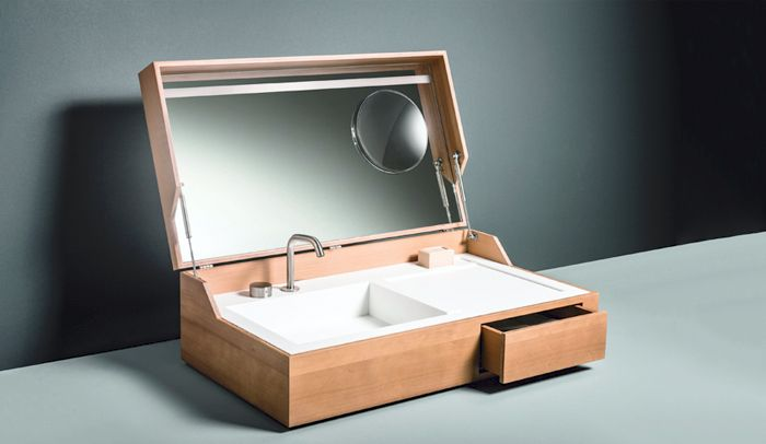 Un lavabo portátil oculto dentro de una caja de madera. Diseño de Giulio Gianturco.