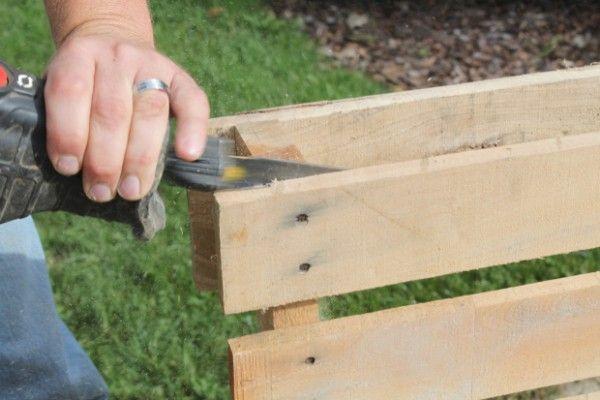 Placez la palette de côté pour découper les clous avec la scie sabre http://www.homelisty.com/meuble-en-palette/