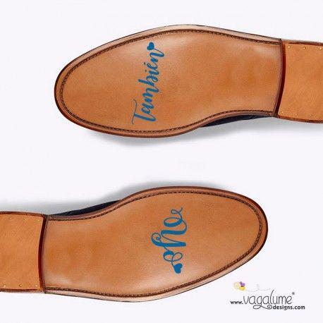 """PEGATINA PARA NOVIO """"YO TAMBIÉN""""  7,50 €  Referencia: V022ES  Estado: Producto nuevo  Completa vuestra declaración de amor con las pegatinas para los zapatos de él a juego con las de ella. Así tendréis vuestro algo azul especial el día de la boda. (Este producto incluye la pegatina con texto """"Yo también"""", en nuestra shop también podrás encontrar la pegatina para los zapatos de ella con el texto """"Sí, quiero"""").  Vagalume Designs"""