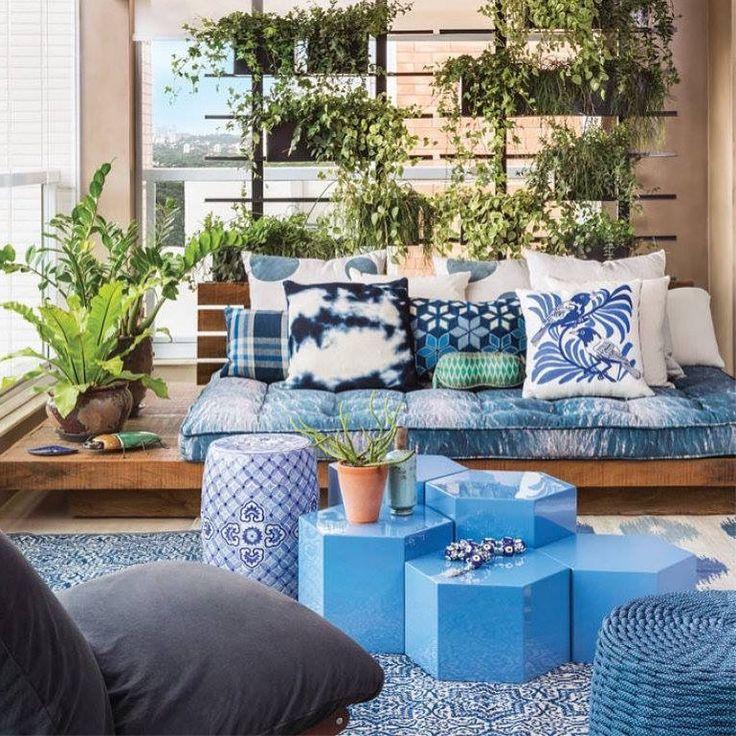"""318 curtidas, 4 comentários - Interior Design & Architecture (@_laemcasa) no Instagram: """"Uma plataforma de madeira acomoda um grande futon e várias almofadas com diferentes formas e…"""""""