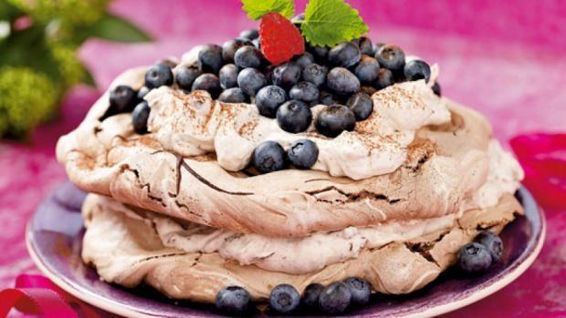 Opskrift med marengs | Chokolade- marengslagkage med chokoladecreme Hef samt séð tertu líta betur út ; )