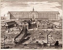 Het scheepswerfterrein van de VOC op Oostenburg in Amsterdam. In Nederland had de VOC zo'n 3.000 medewerkers, en indirect waren nog vele duizenden mensen in de toelevering economisch afhankelijk van de Compagnie. Rond 1700 was de helft van het aantal medewerkers soldaat.