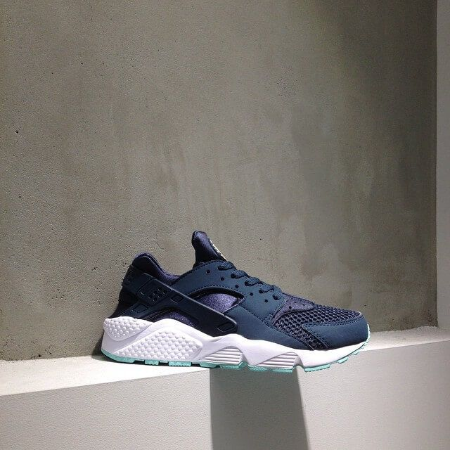 nike huarache navy blue and white