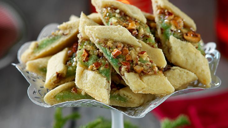 Det här är småkakor de luxe! Fyllningen med både mandel och hasselnötter ger en ljuvlig smak och härlig konsistens. Makalöst gott!