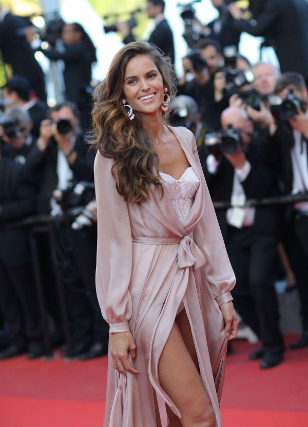 UNDERBAR: Den brasilianske Victoria's Secret-engelen Izabel Goulart kastet glans over den røde løperen iført en undertøysaktig kjole med en perlebesatt body under. Foto: Ap