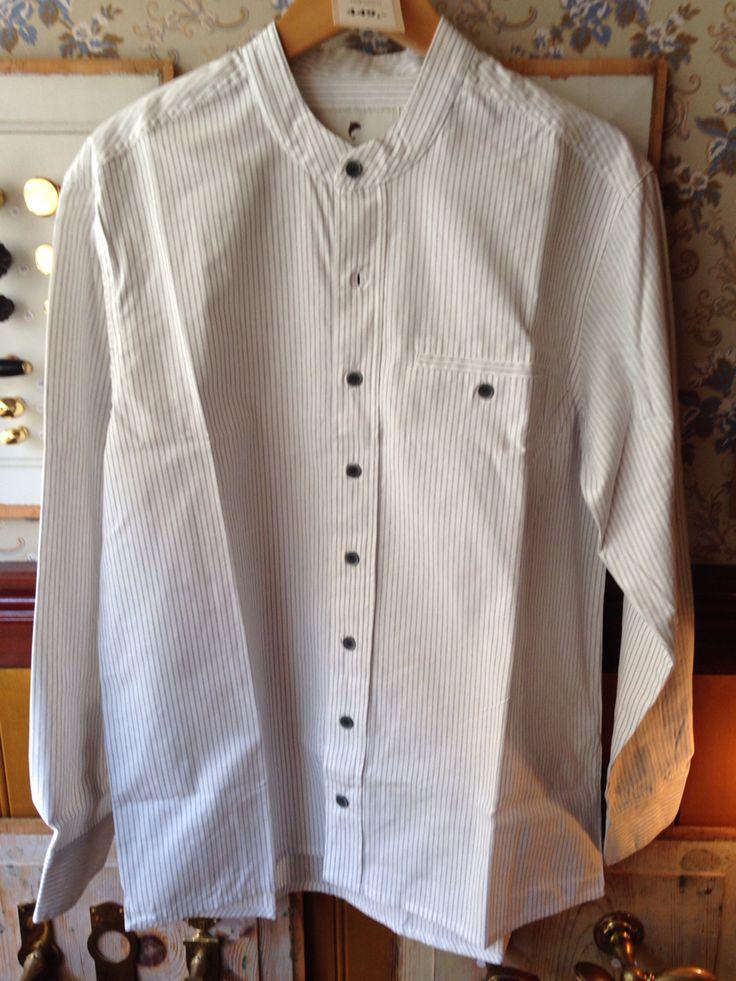 Hvid skjorte med smalle grå striber. Super flot. Lige op og ned og uden flipper. #bomuld #bondeskjorte #workwear #helsingør #traditionelttøj