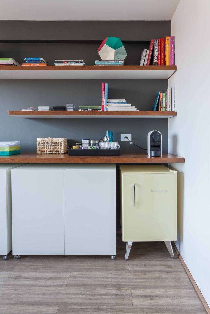 Frigobar retrô da brastemp para compor o visual deste escritório. A bancada é revestida com folha de madeira freijó, como também os topos das prateleiras.