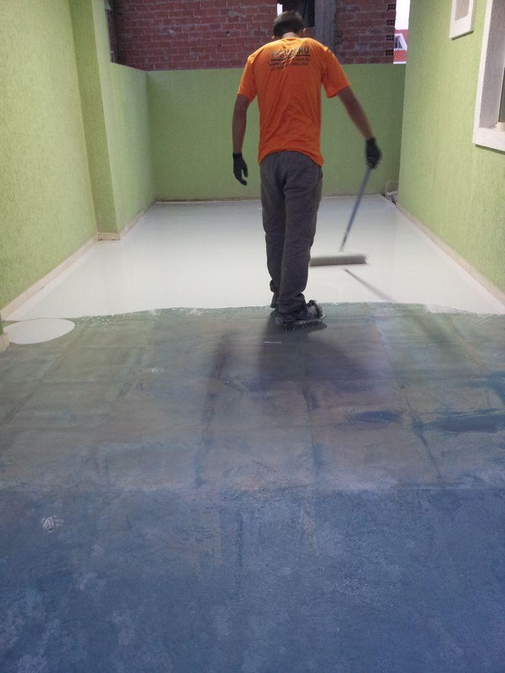 Executando piso epoxi sobre ceramica em garagem residencial.