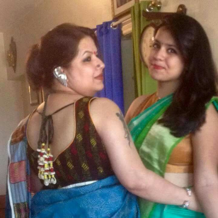 Hot Aunties In Saree With Sleeveless Blouse