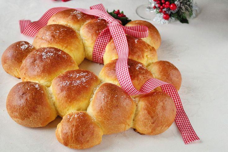 Ghirlanda Natalizia salata di pan brioche: la ricetta perfetta per presentare sul tavolo delle feste un soffice lievitato ricco di sorprese