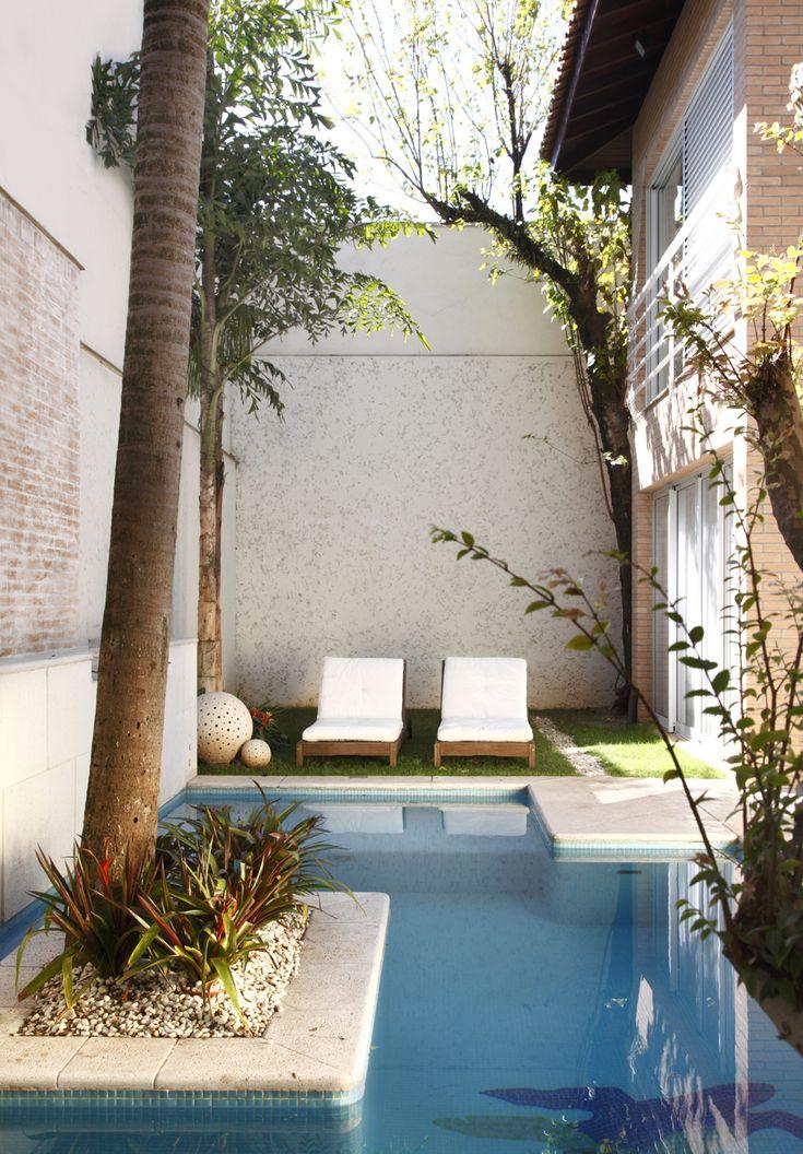 Uma decoração para relaxar. Veja mais: http://casadevalentina.com.br/projetos/detalhes/para-relaxar-e-recordar-563 #details #interior #design #decoracao #detalhes #decor #home #casa #design #idea #ideia #charm #charme #casadevalentina #pool #piscina #balcony #varanda