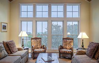Bodentiefe Fenster verleihen dem Raum viel Licht.
