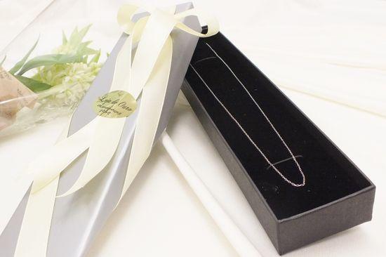 シンプルで様々な装いにも合わせやすいネックレスチェーン。長さの調節が出来るアジャスター付。