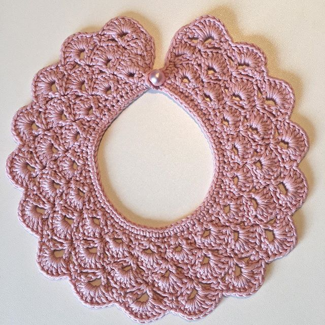 Kraven fik en smuk perlemorsknap  #hækle #hæklet #krave #pyntekrave #perlemor #crochet #collar #baby #babygirl #homemade #madewithlove