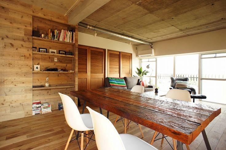 <p>ダイニングテーブルは住人のDIY。天板とテーブル脚は、インテリアショップやホームセンターで購入したそう。深い色合いはオイルステイン塗装で。</p>