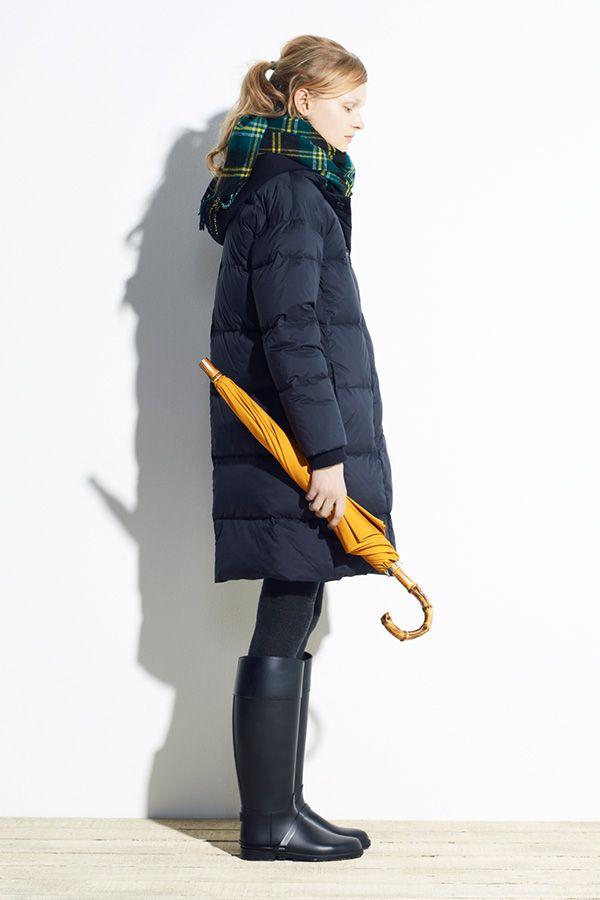 上品な光沢のあるナイロン素材を使用した、ロング丈のダウンコート。取り外し可能なフードを外せば、シンプルなボタンスルーのデザインに。カジュアルにもエレガントにも着こなせる2WAY仕様です。